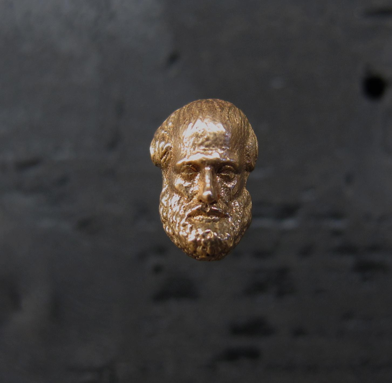 """Aristotele (I filosofi)"" 2016, oro, 12 x 27 x 6 mm"