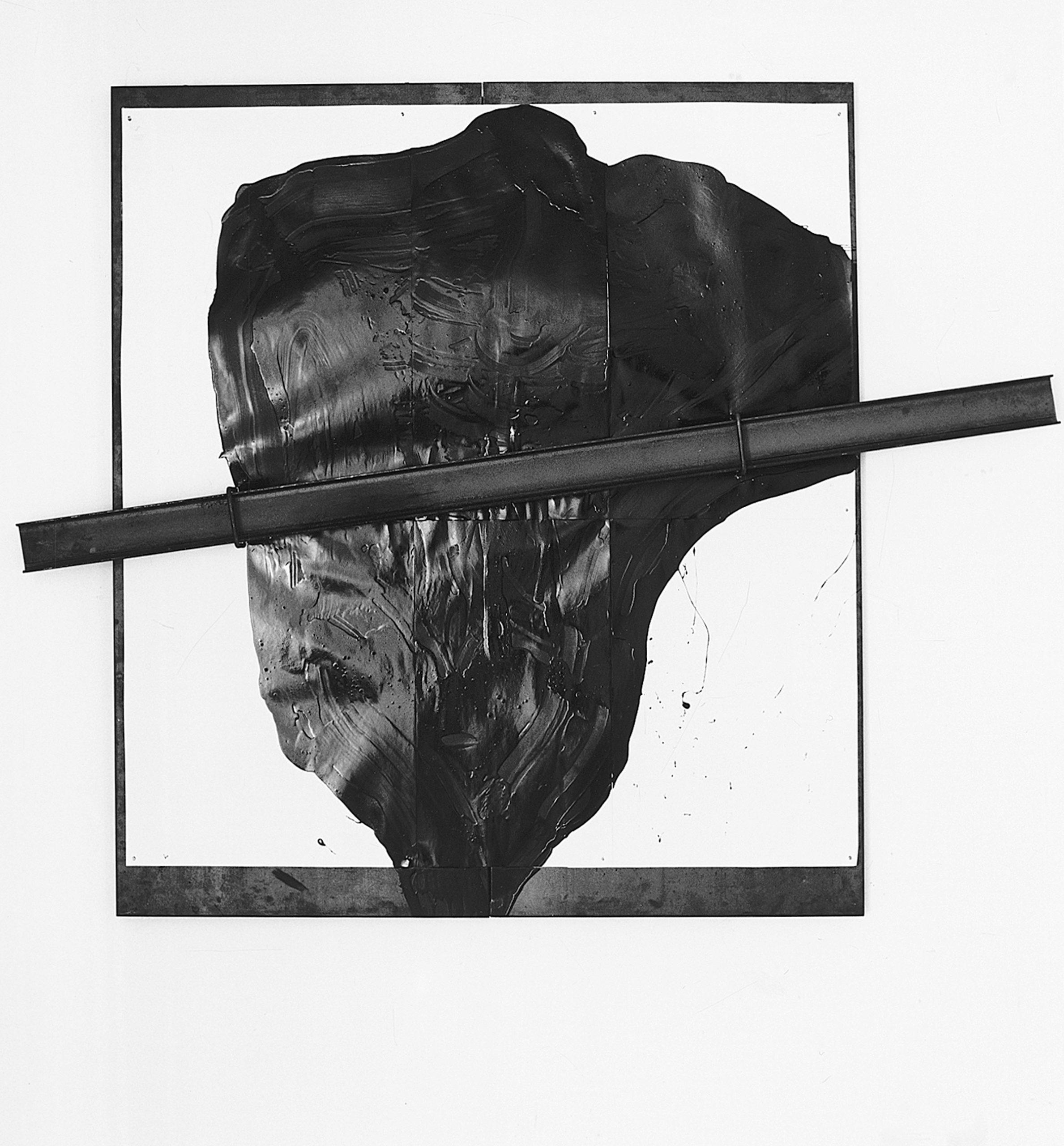 """""""Senza titolo"""" 2005, catrame su carta e putrella in ferro su lastra di ferro, 300 x 200 cm"""