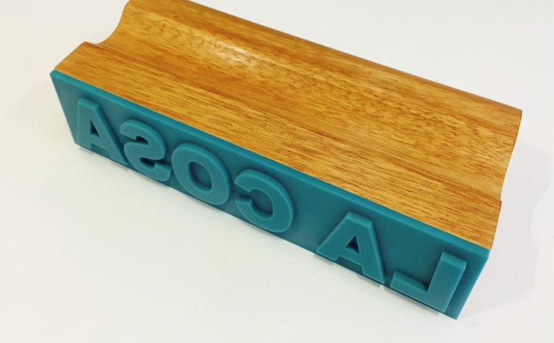 """""""La cosa"""" 2015, legno e resina, 34 x 15 x 7 cm, ed. 10"""