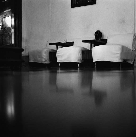"""Covered chairs, Coimbatore"" 2003, fotografia 25 x 25 cm"
