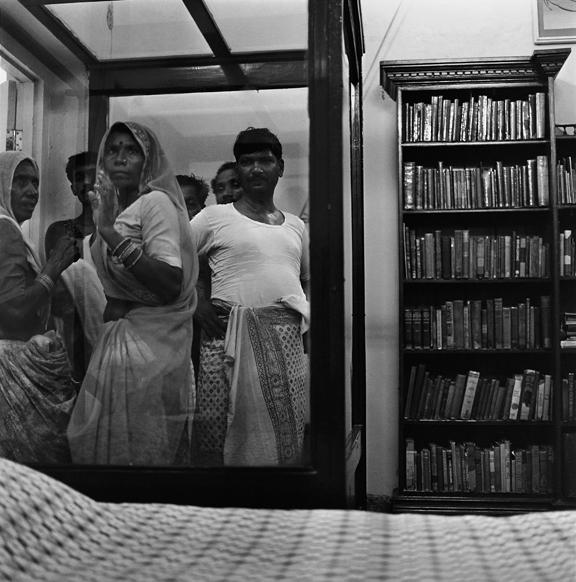 """Visitors at Anand Bhavan, Allahbad"" 2000, fotografia 25 x 25 cm"
