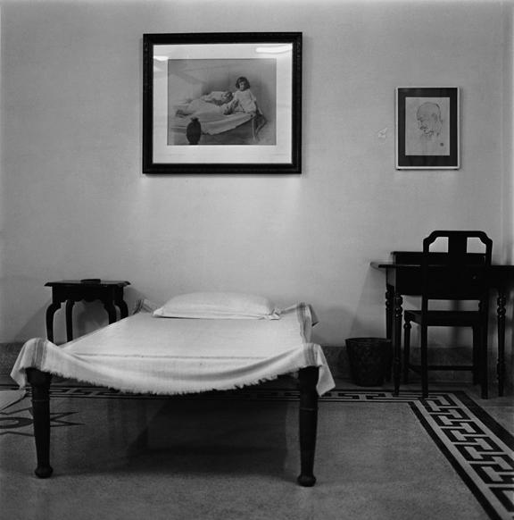 """Gandhi's room, Anand Bhavan, Allahbad"" 2000, fotografia 25 x 25 cm"