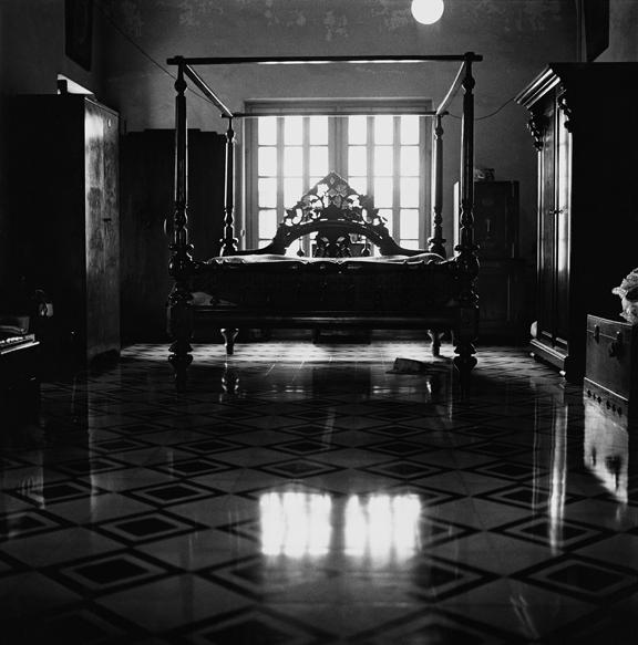 """Sati Guptoo's bed, Calcutta"" 2005, fotografia 25 x 25 cm"