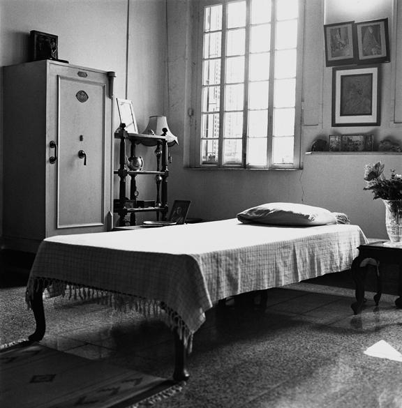 """""""Durga Tagore's bed and Vault, Calcutta"""" 2005, fotografia 25 x 25 cm"""